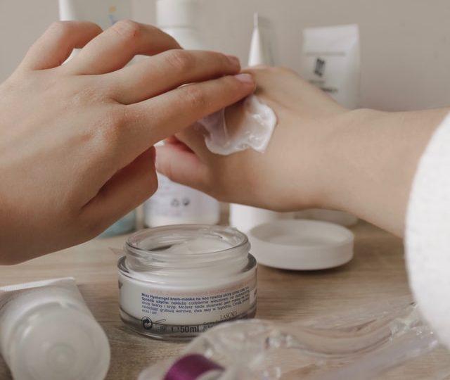 Crème anti taches brunes pour visage : un traitement riche et doux